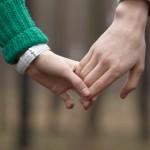 付き合う前のデートで女性から手を繋ぐ3つの方法とタイミング