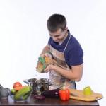 付き合っていないのに料理を作ってくれる男性の心理とは!?